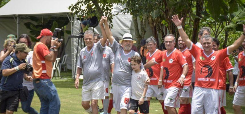 Lula, Chico Buarque e mais de 4 mil pessoas em partida de futebol pela liberdade