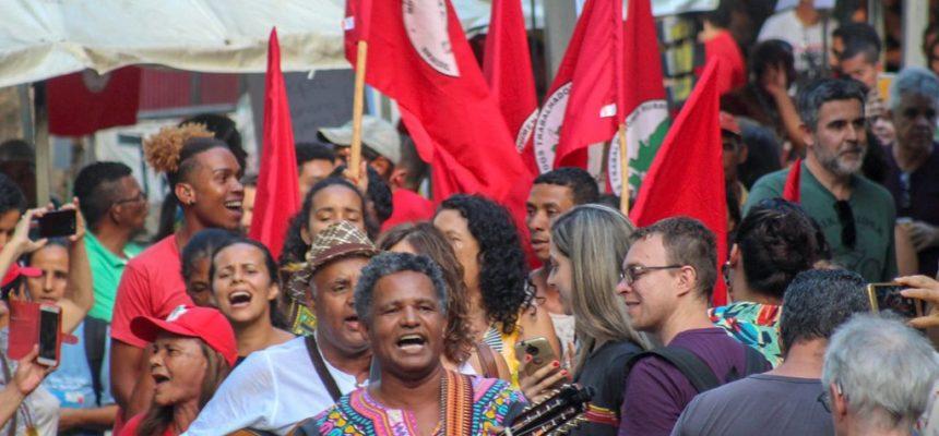 Com enxadas, cantos e tambores, MST ocupa o carnaval de Belo Horizonte