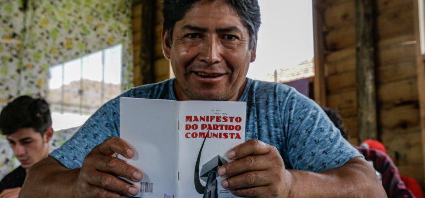 Dia Internacional do Livro Vermelho é celebrado em todo país
