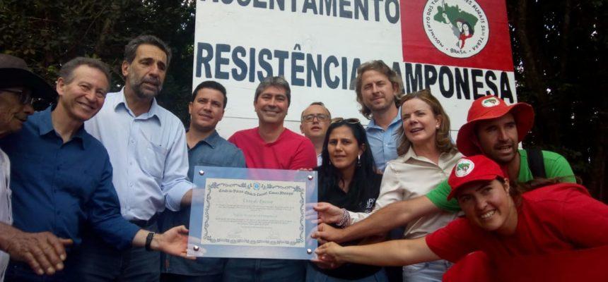Parlamentares visitam Vigília contra despejos no Paraná e almoçam com famílias acampadas
