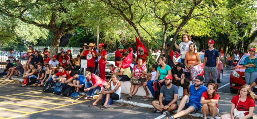 Agricultores do MST e MPA continuam ocupando pátio do Incra em Porto Alegre