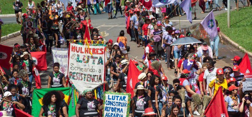 Em contraste à política de ódio, mulheres do campo e da cidade semeiam resistência nas ruas de Brasília