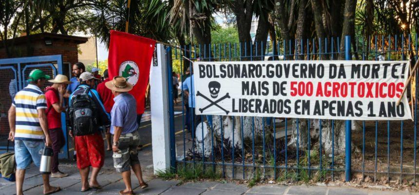 Agricultores do MST e MPA ocupam pátio do Incra em Porto Alegre