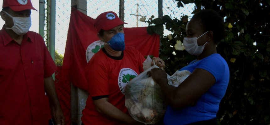 Assentamento Eli Vive doa 7,5 toneladas de alimentos para moradores de Londrina, PR