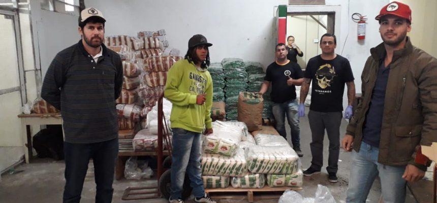 Fórum de Segurança Alimentar e movimentos sociais distribuem leite em Pelotas
