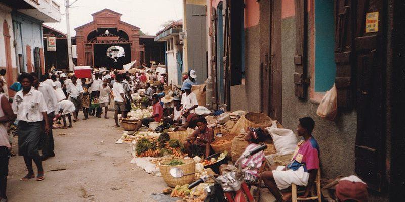 Sem apresentar alternativas de renda, prefeito haitiano limita feiras em Porto Príncipe e população protesta