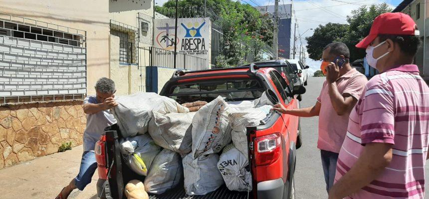 MST doa meia tonelada de alimentos à associação de moradores de rua no Piauí