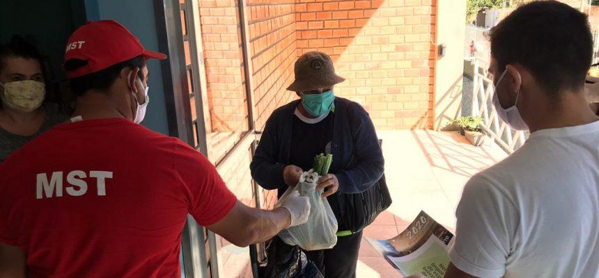MST entrega uma tonelada de alimentos à comunidades no RS