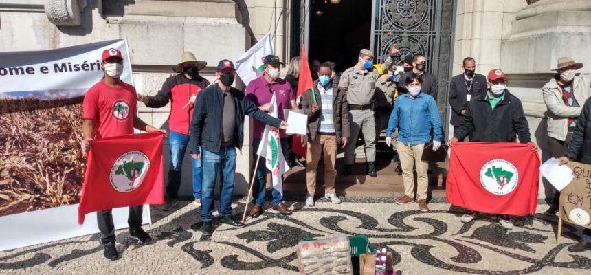 Seca no RS: agricultores protestam em frente ao Palácio Piratini