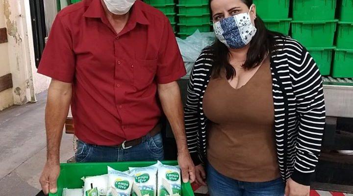 Assentados da reforma agrária fazem doação de leite no interior do Paraná