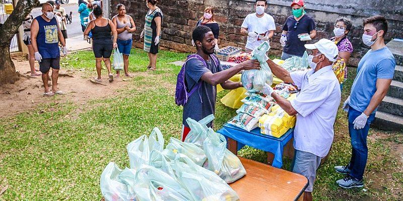 Enquanto Bolsonaro minimiza COVID-19, assentados alimentam pobres e ajudam doentes