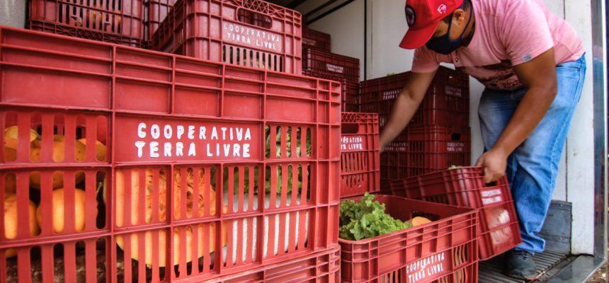 MST e Sindipetro doam 15 toneladas de alimentos e 520 botijões de gás em Curitiba