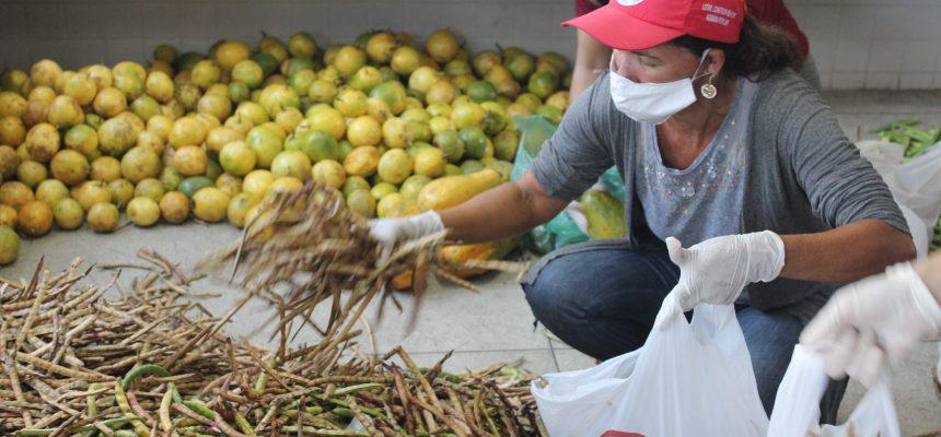 No dia do trabalhador rural, MST distribui marmitas solidárias a entregadores de app em Maceió