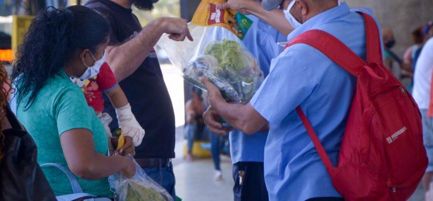 MST doa alimentos saudáveis em rodoviária de Brasília