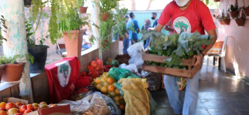Movimentos doam 2 toneladas de alimentos para 200 famílias em Montes Claros (MG)