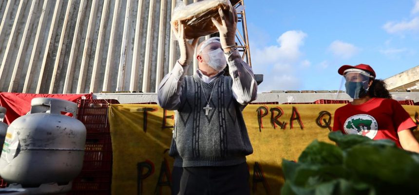 Famílias recebem toneladas de alimentos e gás do MST e Sindipetro no Paraná