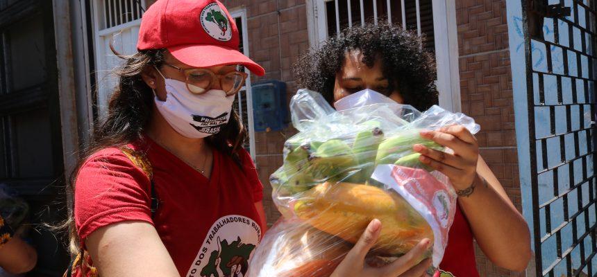 No Ceará, juventude Sem Terra doa alimentos nas periferias de Fortaleza