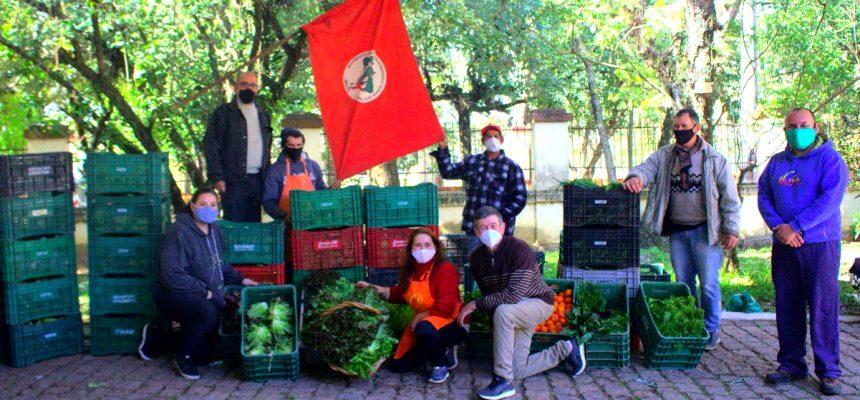 Feira Agroecológica Menino Deus: bancas do MST doam caixas de hortaliças no RS