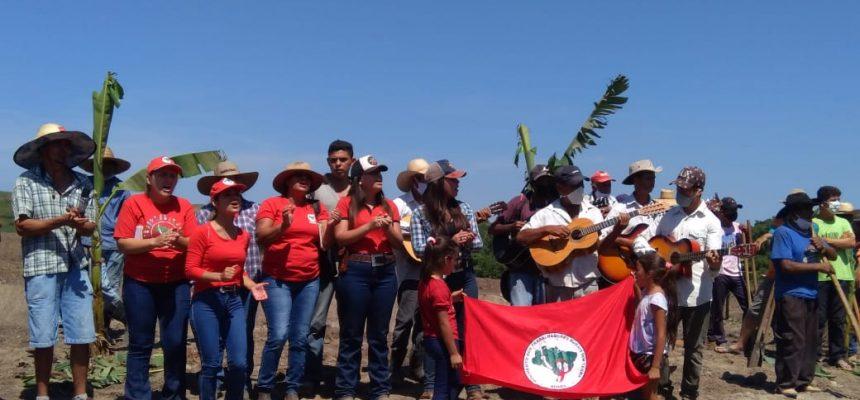 Acampamento do MST faz mutirão para criar horta comunitária que doará alimentos no Paraná