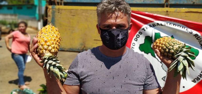 Famílias da região centro-oeste do Paraná recebem 10 toneladas de alimentos de comunidades do MST
