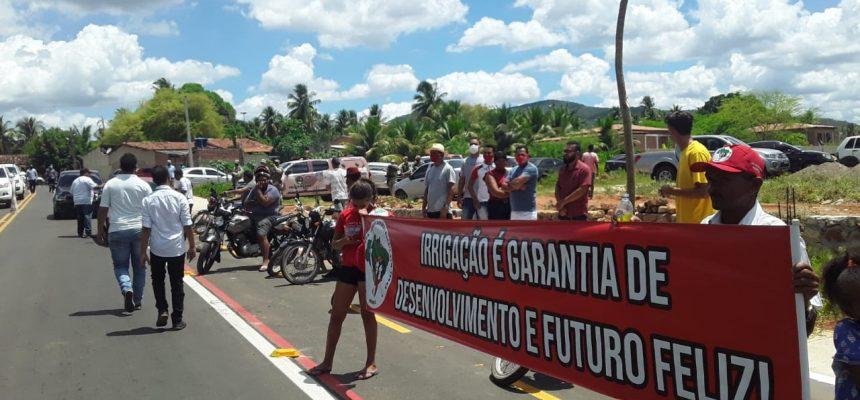 Durante inauguração de rodovia com a presença do governador, Sem Terra cobram irrigação no Sertão de Alagoas