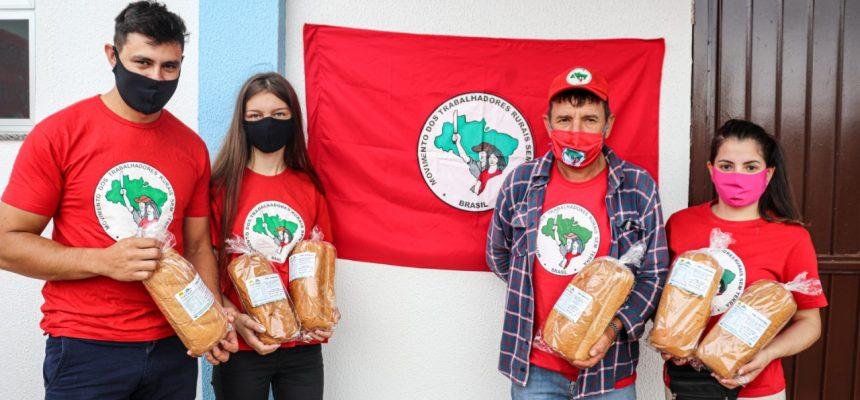 Famílias do MST partilham quatro mil pães no bairro Interlagos, em Cascavel (PR)