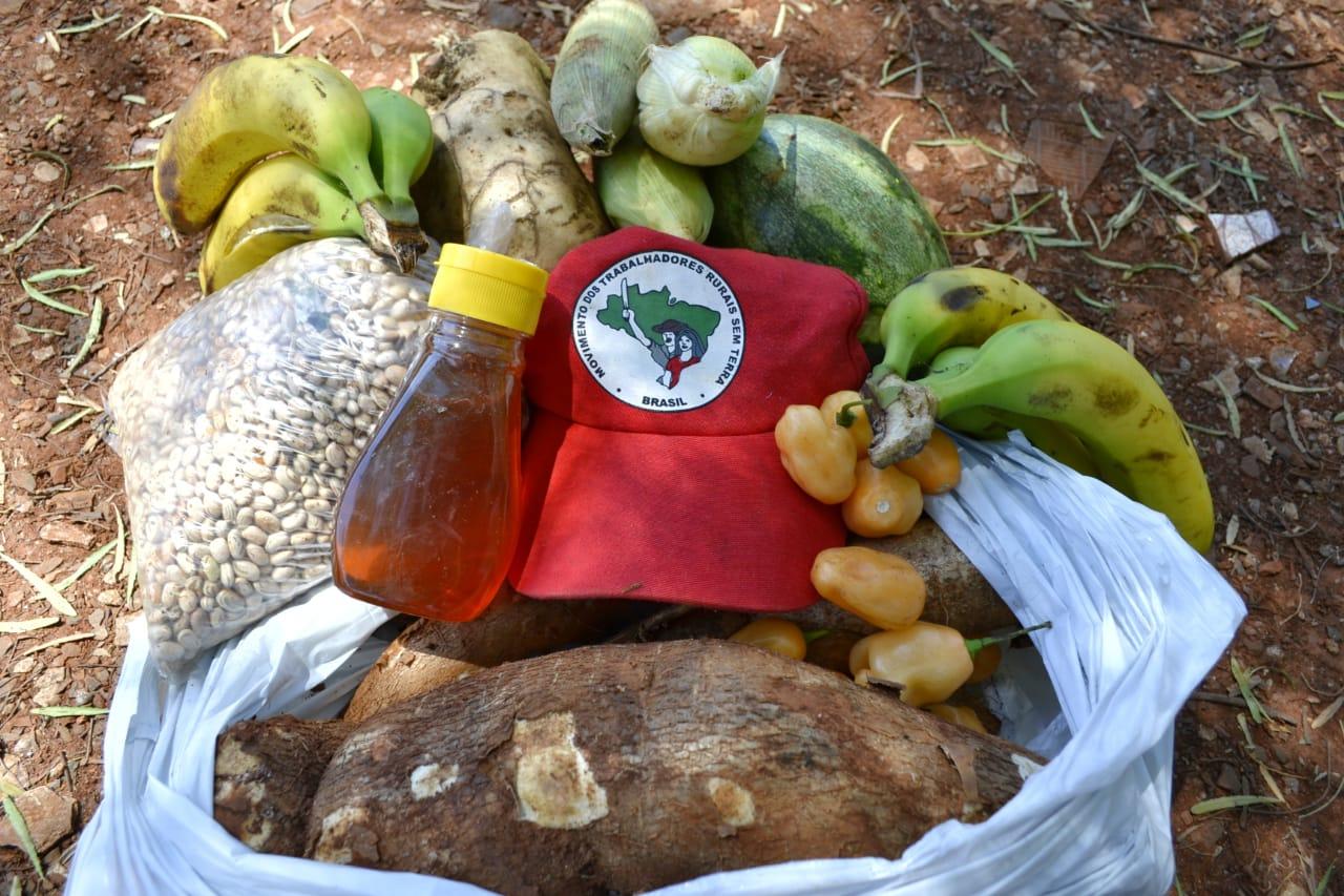 """MST doa 2,8 toneladas de alimentos em Quedas do Iguaçu (PR); """"Repartimos o que temos"""""""