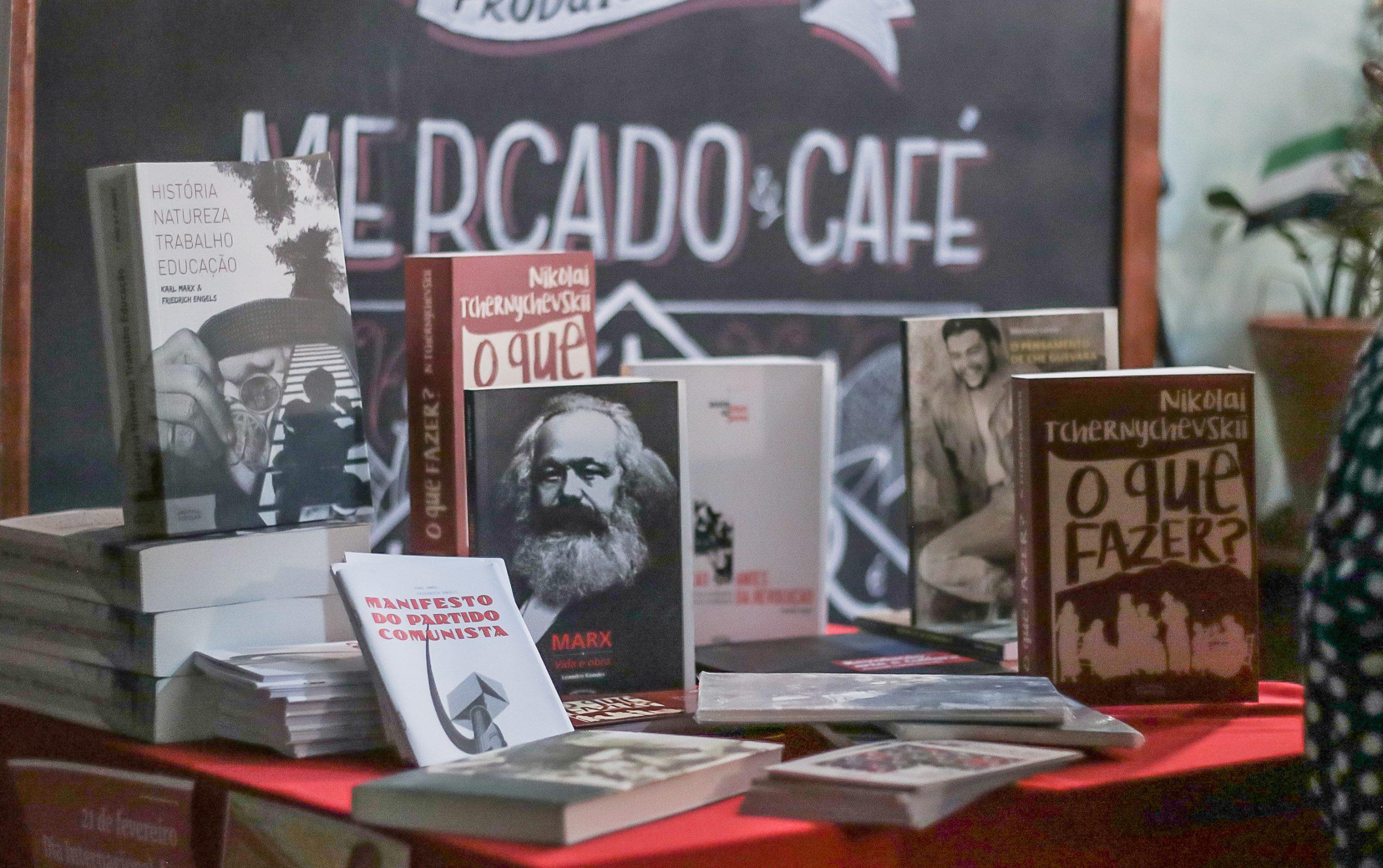 Aula debate atualidade e comunismo no Dia Internacional do Livro Vermelho