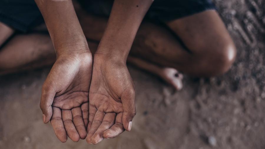 Fome: a chaga histórica reabre e atinge sempre os pés descalços