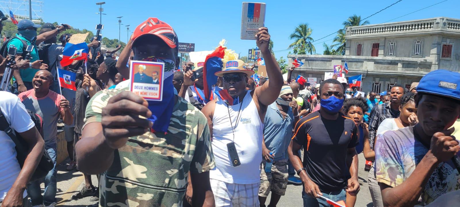 População do Haiti nas ruas em defesa da Constituição