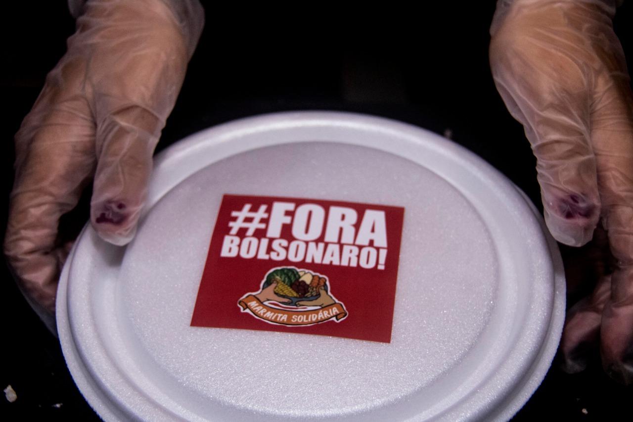 """Conheça a Marmita Solidária """"Fora Bolsonaro"""", ação no centro do Rio de Janeiro"""