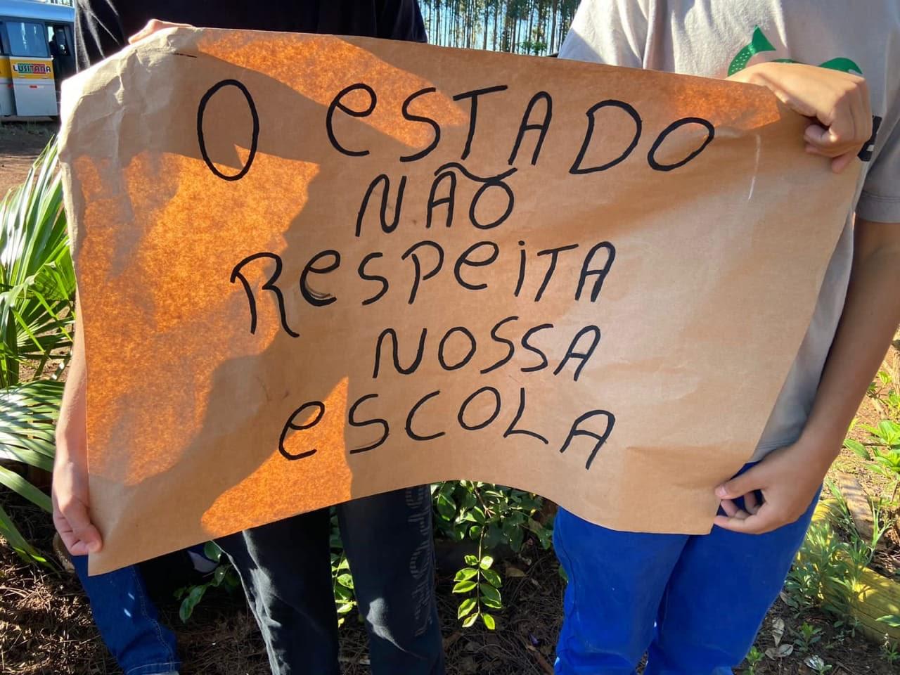 """Estudantes de Colégio do Campo protestam em Cascavel; """"Nossas salas estão caindo"""""""